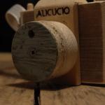 Una macchina fotografica in legno